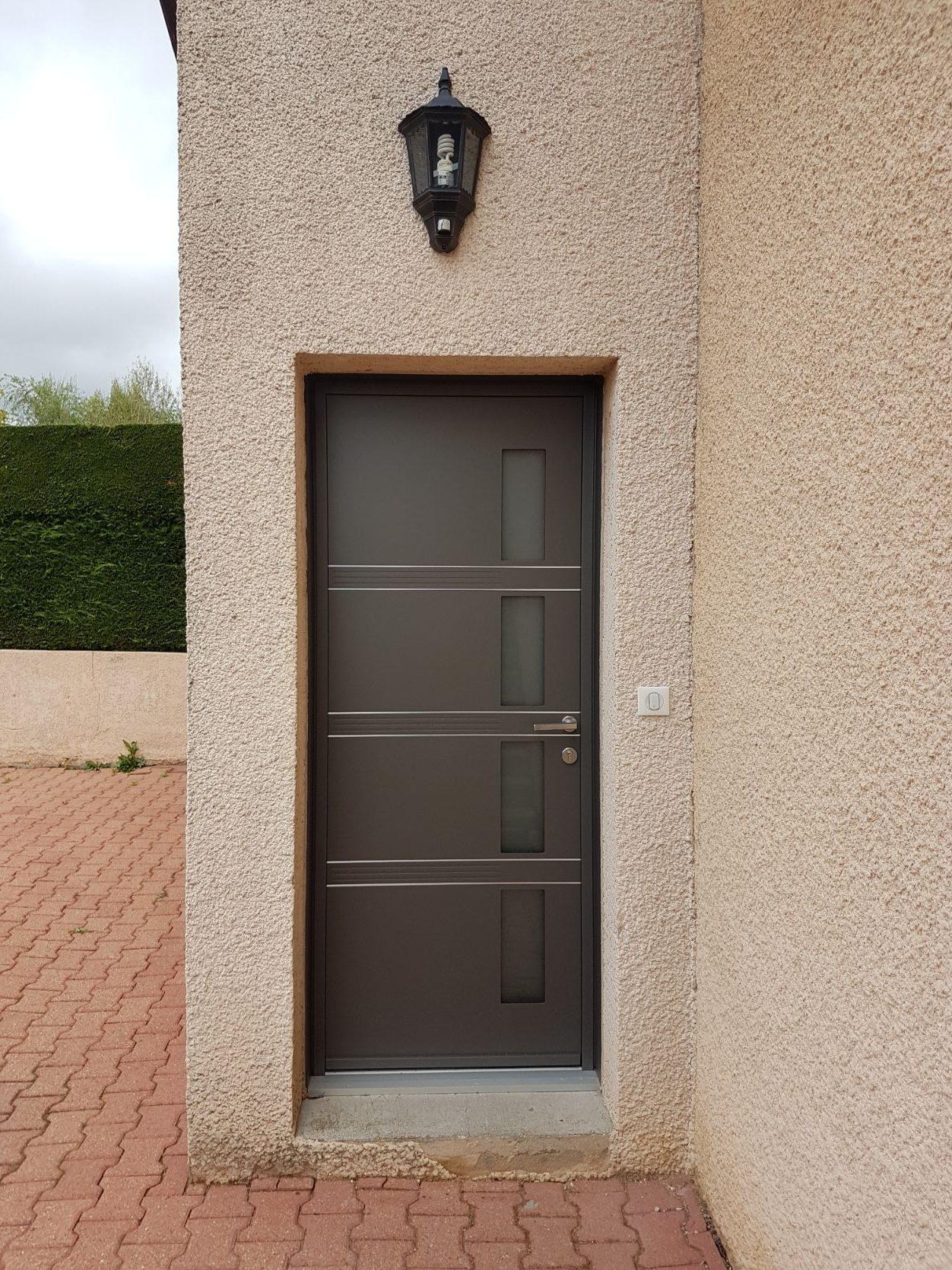Porte dentrée K line modèle quadrige couleur gris sablé e1556869715159 - GCDH réalise un nouveau chantier à Communay